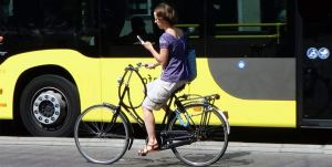 dutch-cyclist-with-mobile-phone