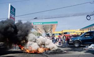 "Is PEMEX burning?  Nope... but there are burning tires out in the road.  (""El Universal"" photo by Hugo García)"